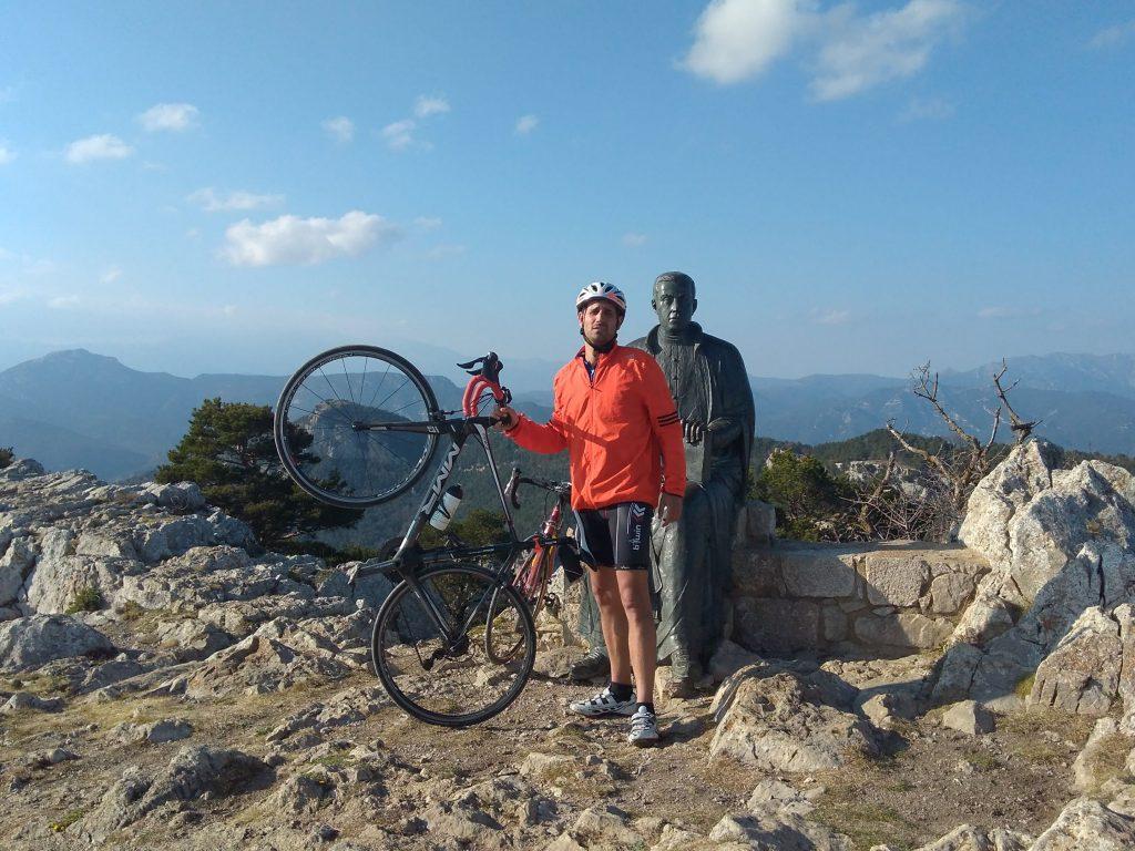 Cicliste dalt de la Mare de Déu del Mont